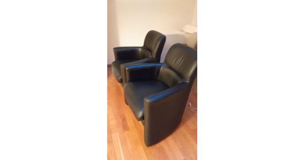 Twee stoelen op wieltjes