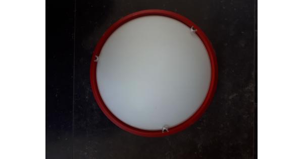 Lamp met rode rand