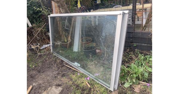 Glazen pui en groot raam, dubbelglas