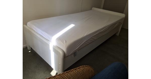 eenpersoonsbed met 2 matrassen