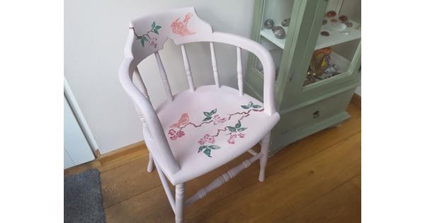 Solide gedecoreerde stoel