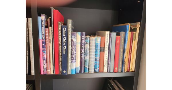 Boeken divers waaronder woordenboeken, koffietafelboeken en pockets