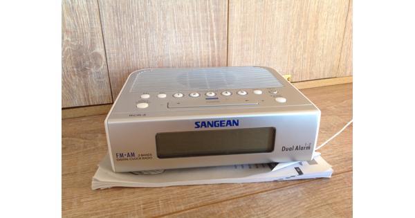 Zilverkleurige wekkerradio Sangean RCR 5