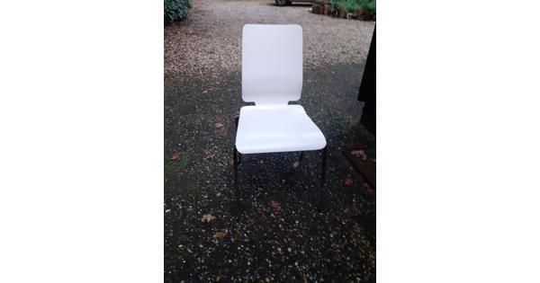 12 witgelakte eikenhouten stoelen met frame onderstel