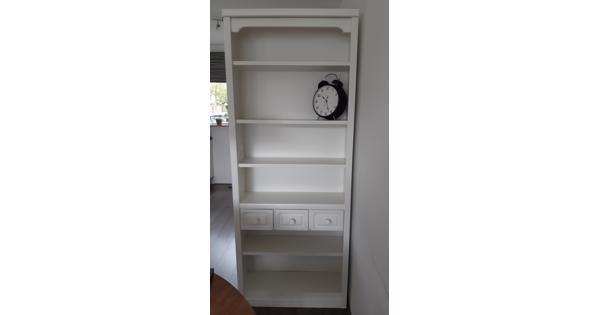 Witte boekenkast