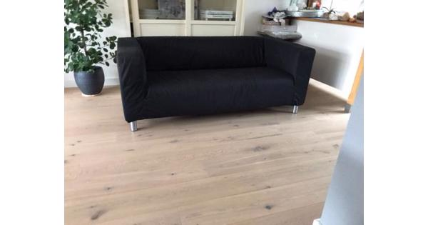zwarte IKEA bank, ruime 2-zitter,wasbare stof