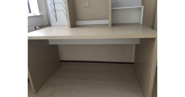 Bureau met extra opbergruimte