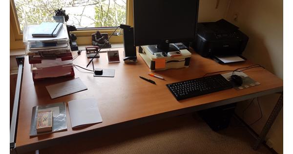 Bureaus voor thuiswerk en of ovalen vergadertafel