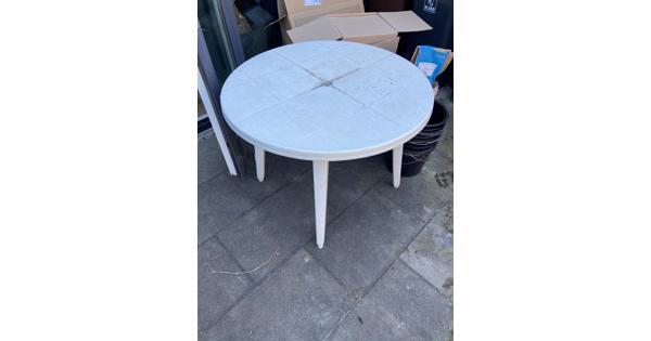 Witte plastic tuintafel
