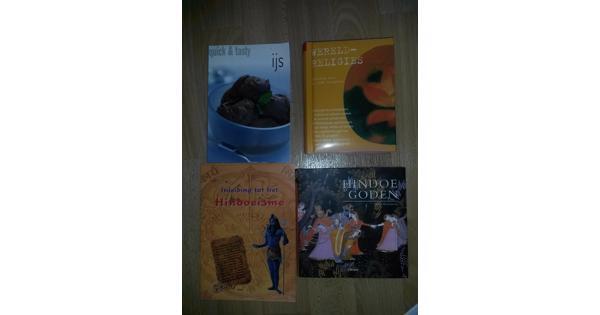Boeken over religies en een receptenboek voor ijs
