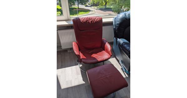 Rode stoel met voetenbank