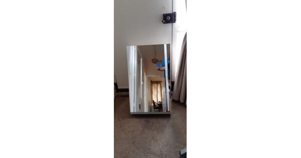 kastje met spiegel, stopcontact en halogeen-lampje
