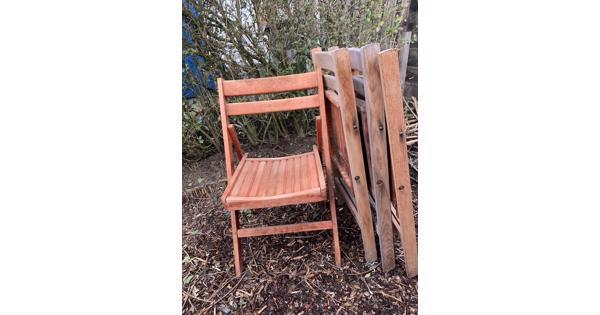 Vier houten inklapbare stoelen