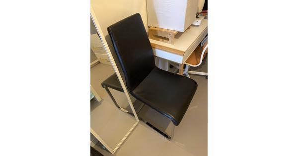 """2 zwarte stoelen (zilveren poten, zwart """"leer"""" )"""