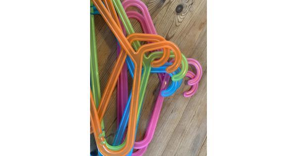 Zeven Gekleurde klerenhangers - kunststof