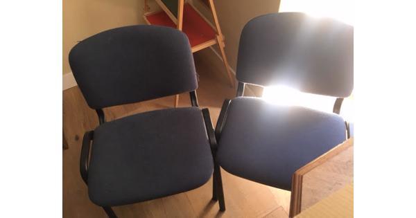 2 Zwart metalen stoelen met blauwe zitting van stof