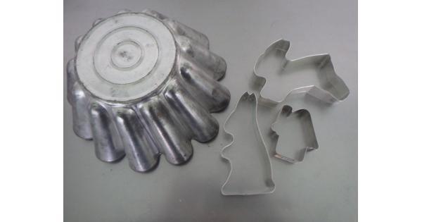 oude bakvorm en 3 koelstekers metaal