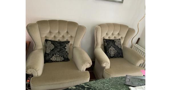 Driezitsbank eventueel met bijpassende 2 fauteuils .