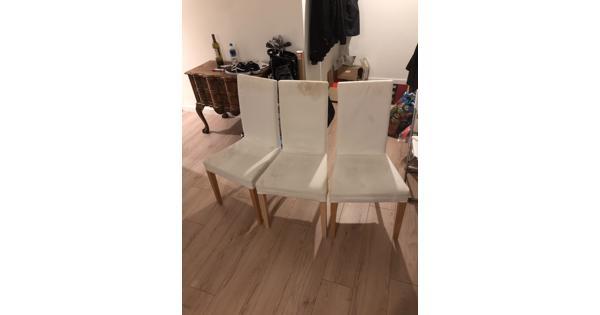 Vijf witte Ikea stoelen