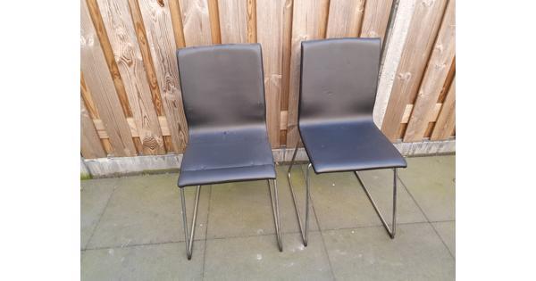 2 zwarte stoelen