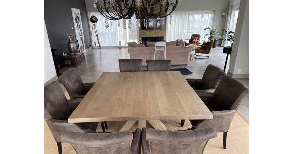 Eettafel. 160x 160 cm hout