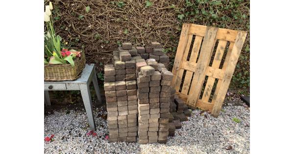Mooie klinkers (750 stuks), betonnen randen (3,5 stuks) en houten pallet