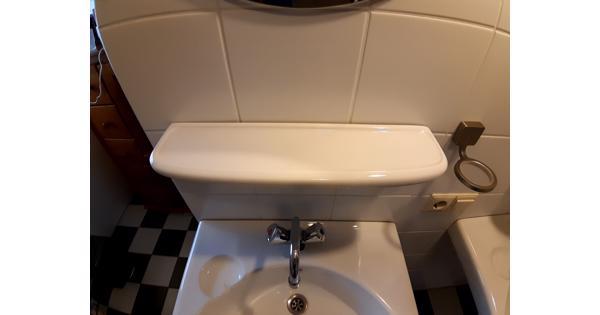 2 wastafels, planchets, spiegels, kranen