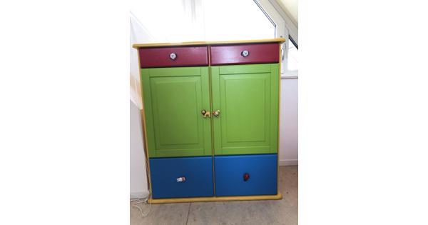 Kinderkamer kast met lades in primaire kleuren